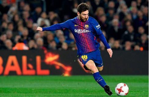 梅西在足球方面绝对是老少通吃型  小球童迫不及待跳起来看梅西