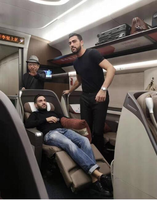 鲁能当家前锋在高铁上偶遇知名演员王刚  双方进行了交谈和合影