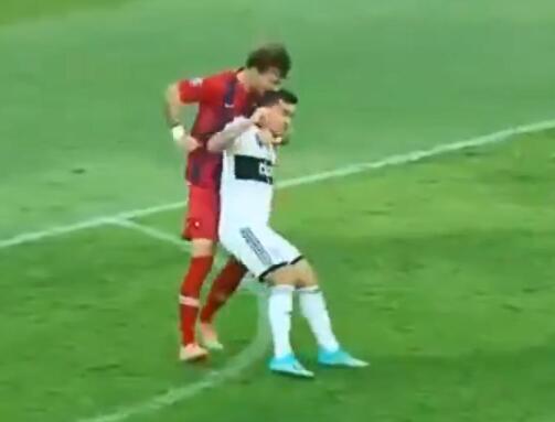 舌尖上的足球  巴拉甲后卫啃咬对手头部被罚下
