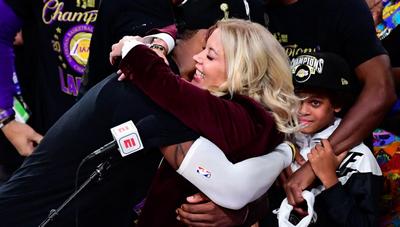 湖人夺冠的背后:女总裁珍妮-巴斯日复一日的坚持